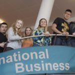Liiketalouden opiskelijoita eri maista