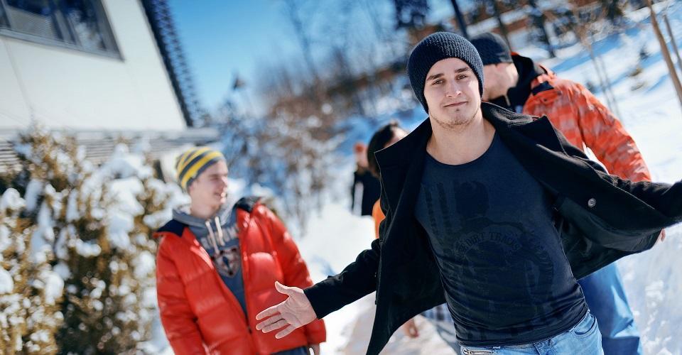Opiskelijat kävelevät talvipäivänä