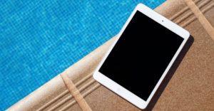 tablettitietokone uima-altaan reunalla