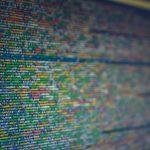 moniväristä koodia tietokoneen näytöllä