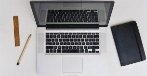 Tietokone, muistio ja kynä