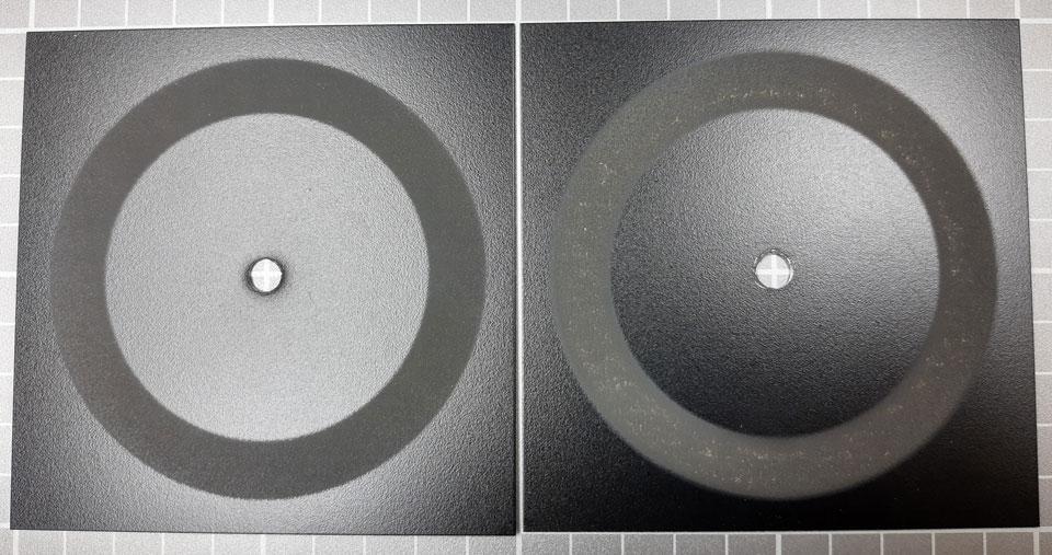 Kuva 2. Vasemmalla näyte, joka ei ole kulunut pohjamaaliin; oikealla pohjamaaliin kulunut näyte.
