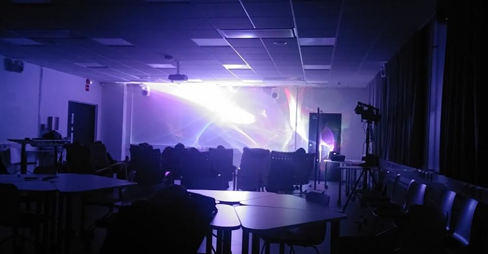 Huone, jonka takaseinälle on Vgoray-tekniikalla heijastettu laservaloja.